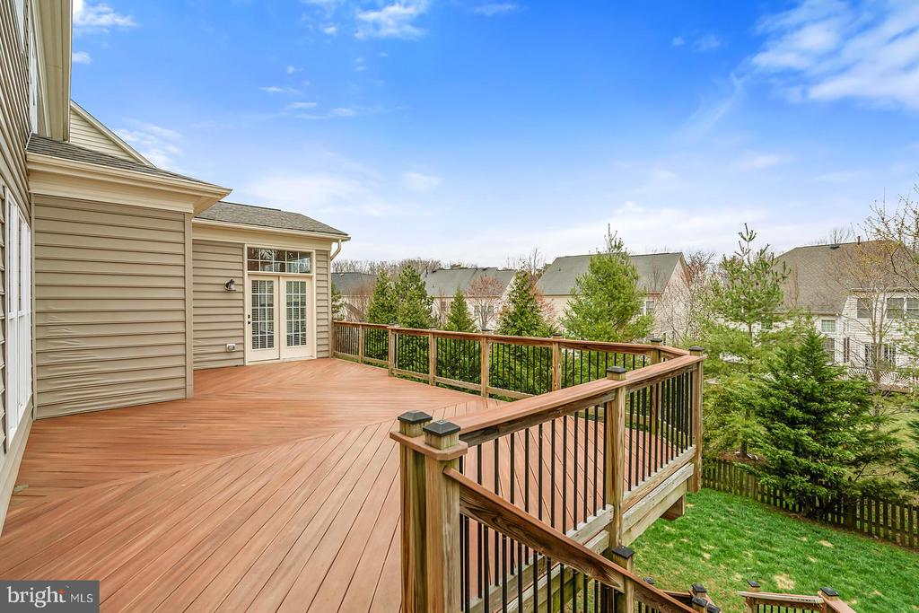 Deck stairs offer easy access to green spaces. - 43988 RIVERPOINT DR, LEESBURG