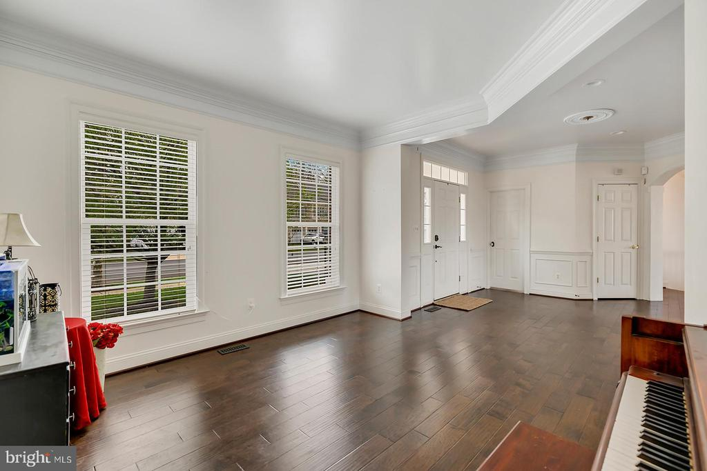 Rich walnut hardwoods accent main level living. - 43988 RIVERPOINT DR, LEESBURG