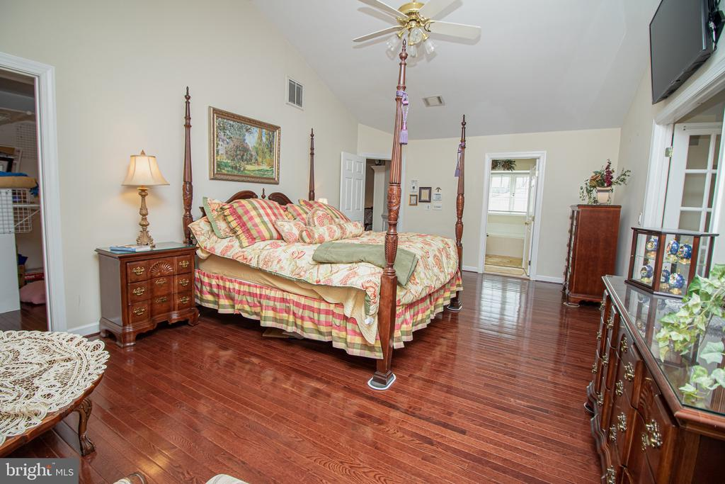 Upper Level Master Suite Bedroom - 25282 KENNEBEC DR, CHANTILLY