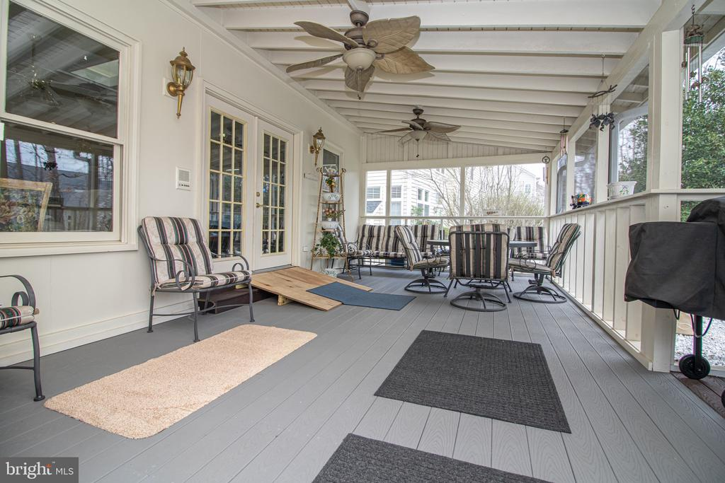 Beautiful Screened Porch with Chef's Kitchen - 25282 KENNEBEC DR, CHANTILLY