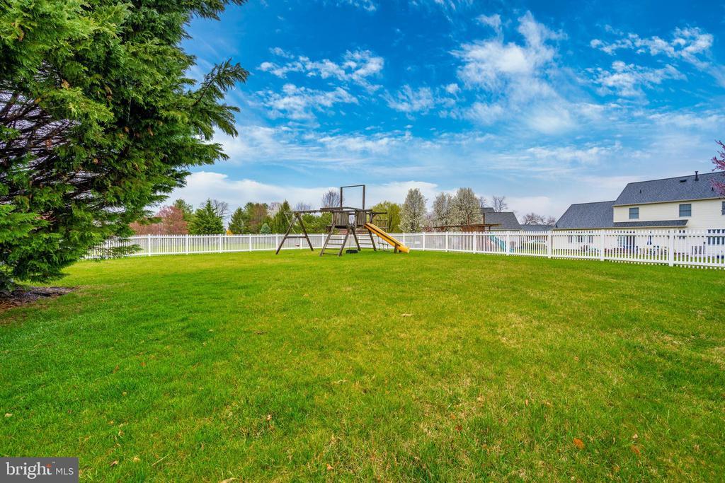 Maintenance free vinyl fencing in the back yard - 2505 UNDERWOOD LN, ADAMSTOWN