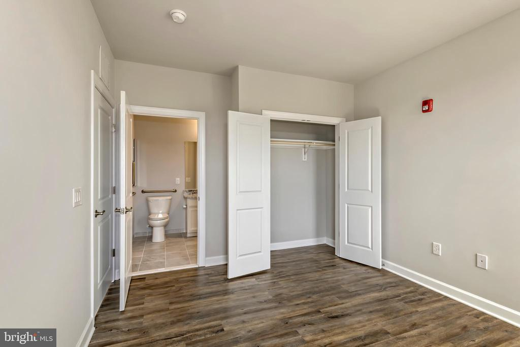 Photo of actual unit - Move in ready! - 6104 FAIRVIEW FARM DR #401, ALEXANDRIA