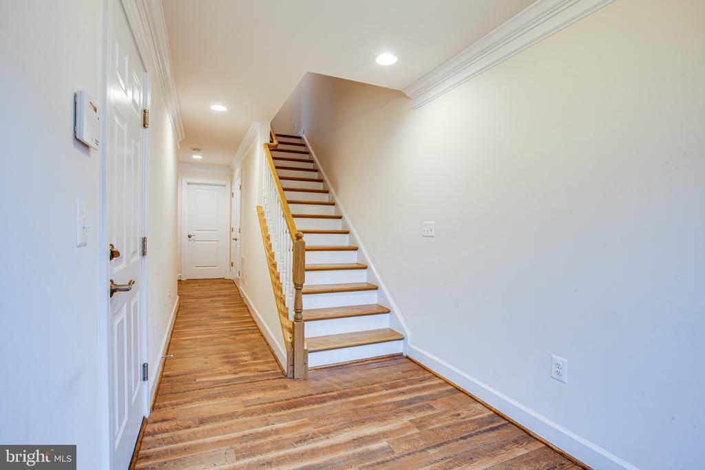 Entry hall leads to back bedroom 3 - 8900 ENGLEWOOD FARMS DR, MANASSAS