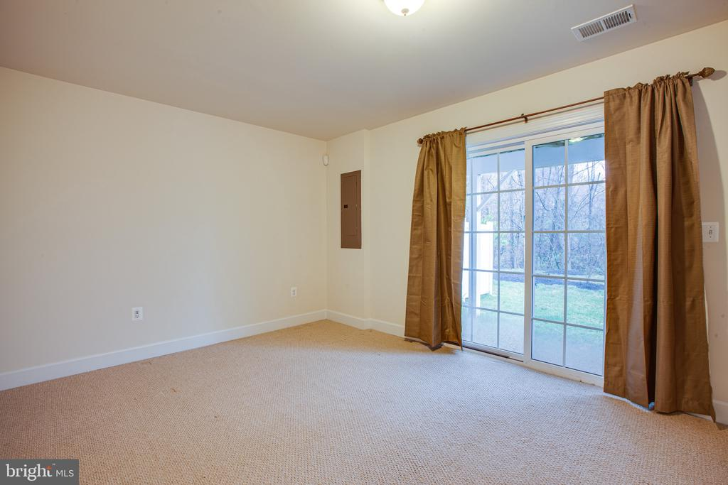3rd bedroom/den in basement offers window & closet - 8900 ENGLEWOOD FARMS DR, MANASSAS