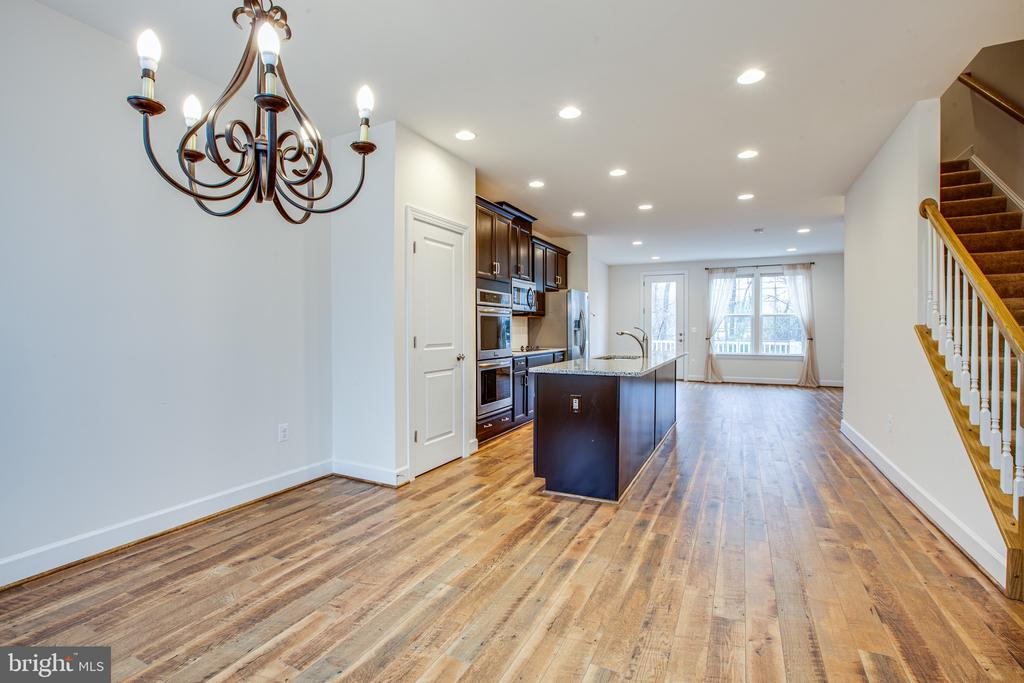 Lots of room to spread out and entertain - 8900 ENGLEWOOD FARMS DR, MANASSAS