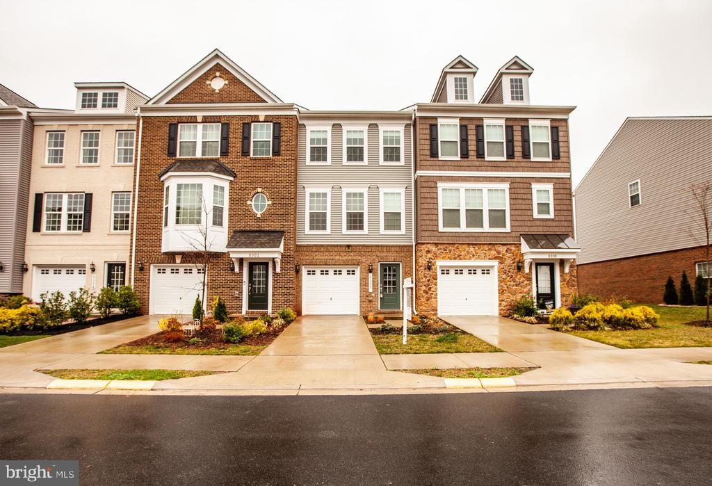 Welcome home to Bradley Square - 8900 ENGLEWOOD FARMS DR, MANASSAS