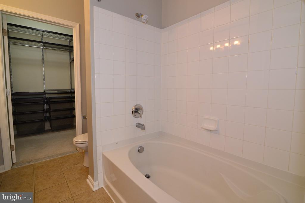 Primary bathroom with soaking tub - 2655 PROSPERITY AVE #119, FAIRFAX