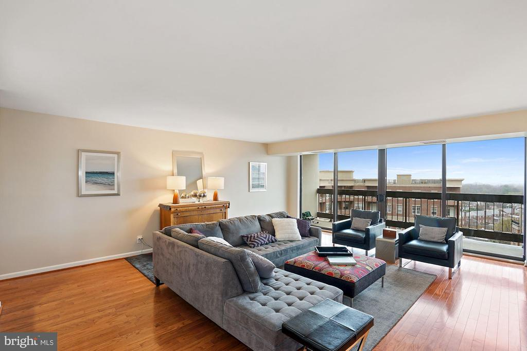 Spacious Living Room with Floor to Ceiling Windows - 3800 FAIRFAX DR #1014, ARLINGTON