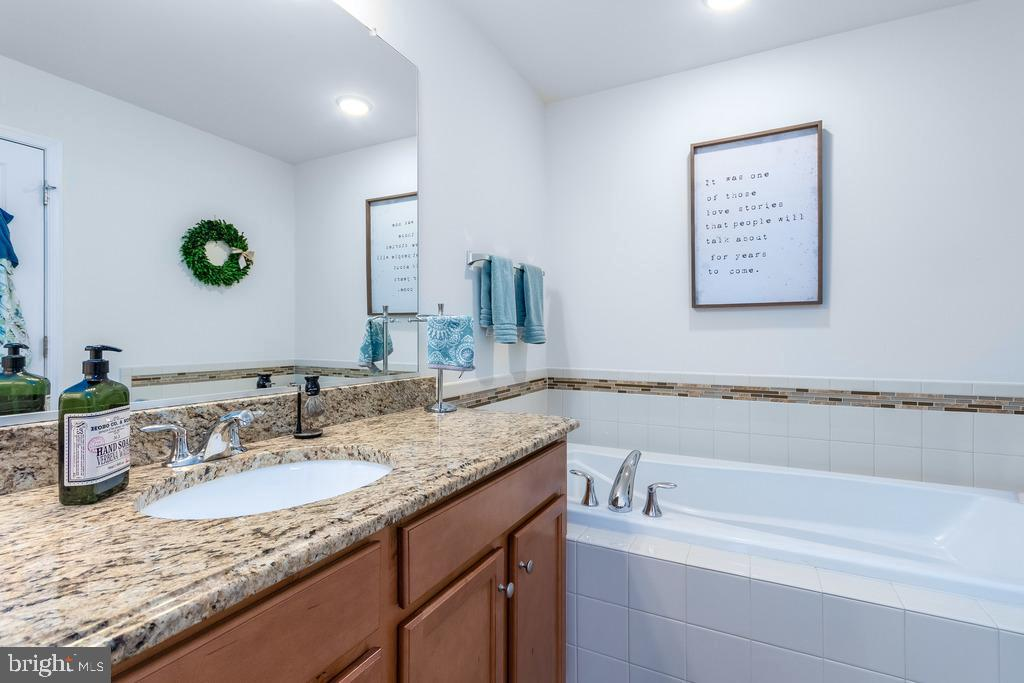 His and her sinks with upgraded cabinets - 42424 DOGWOOD GLEN SQ, STERLING