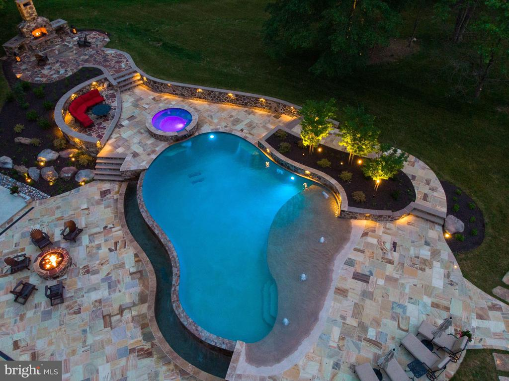 Infinity Edge Custom pool w/multi-color lighting - 14671 VIBURNUM DR, DAYTON