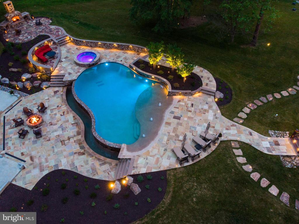Infinity Edge pool w/remote control pool/spa cover - 14671 VIBURNUM DR, DAYTON