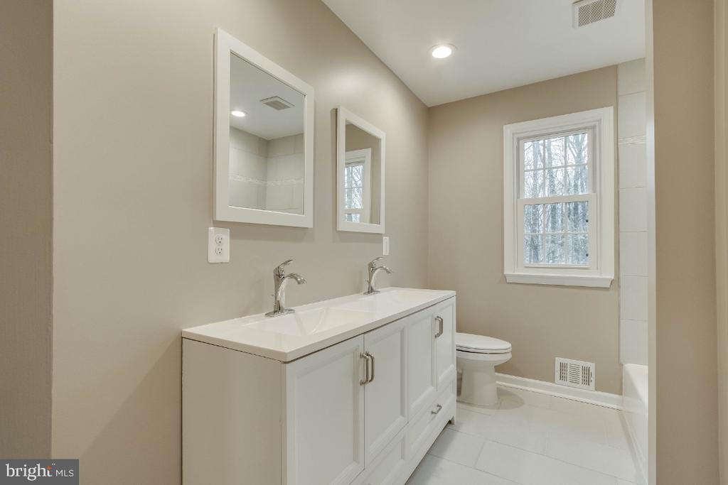 Hall Bathroom - 9023 ASHMEADE DR, FAIRFAX