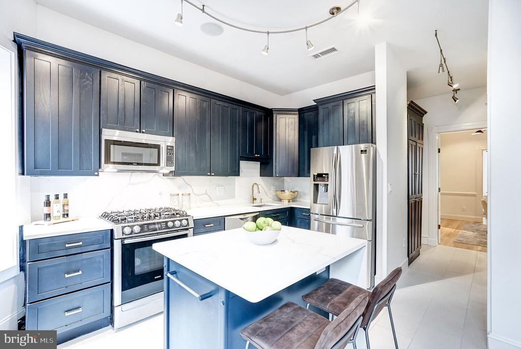 Quartz counters & spectacular cabinetry - 1332 RIGGS ST NW, WASHINGTON