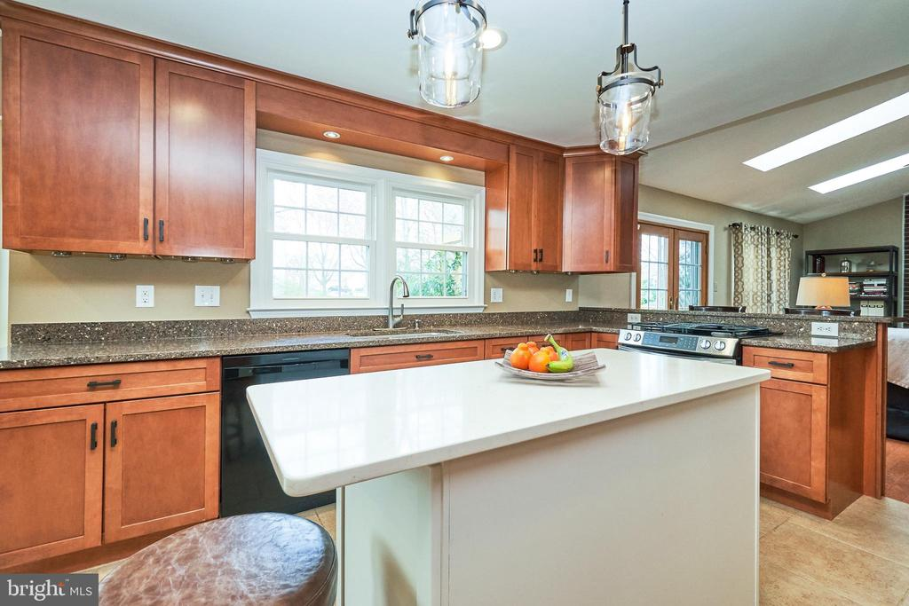 Great Entertaining Flow - 13356 GLEN TAYLOR LN, HERNDON