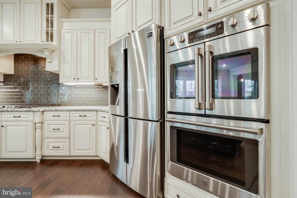 Double Oven Gourmet Kitchen - 23219 LUNAR HARVEST LN, ALDIE