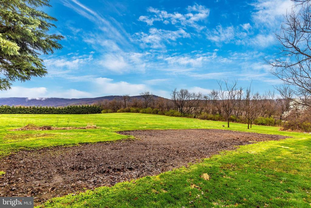 Huge garden is ready for your green thumb. - 7799 COBLENTZ RD, MIDDLETOWN