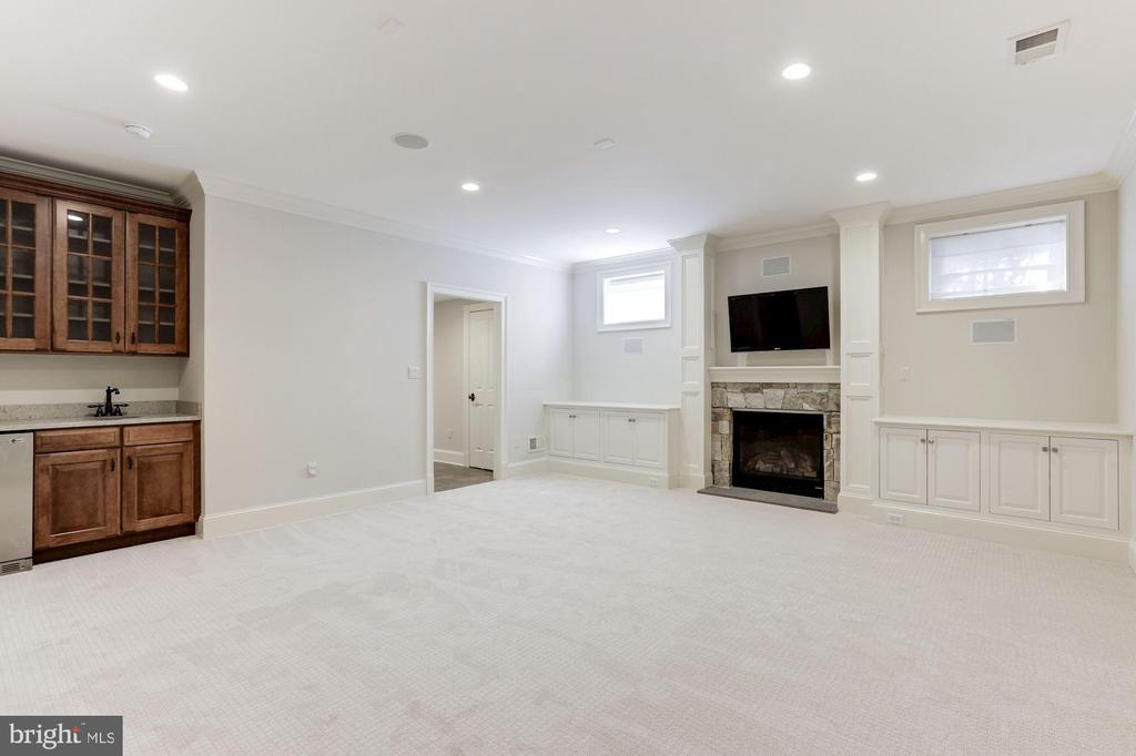 Lower Level Recreation Room w/ Gas Fireplace - 2330 N VERMONT ST, ARLINGTON