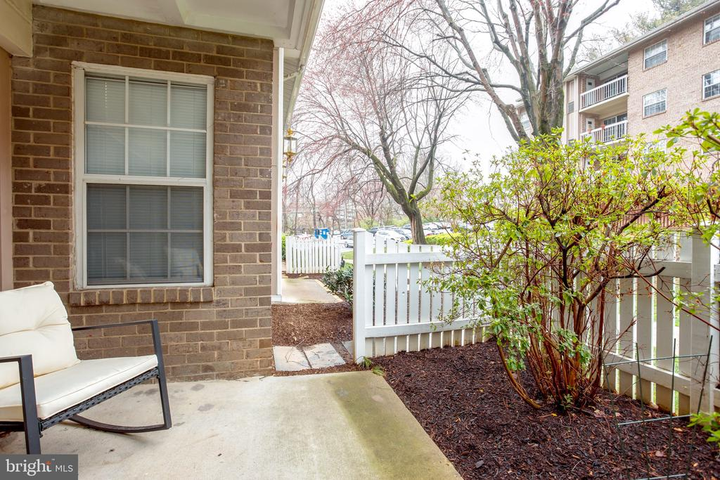Private patio for evening relaxation after dinner - 1948 KENNEDY DR #101, MCLEAN