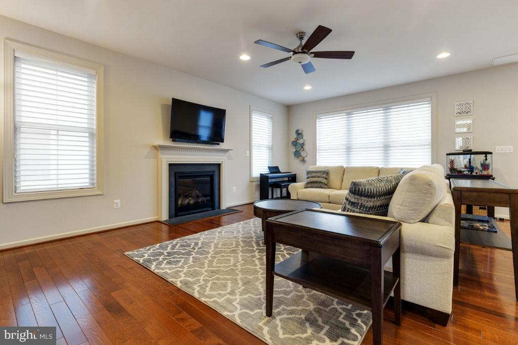 Great Room with Gas Fireplace - 23578 PROSPERITY RIDGE PL, BRAMBLETON