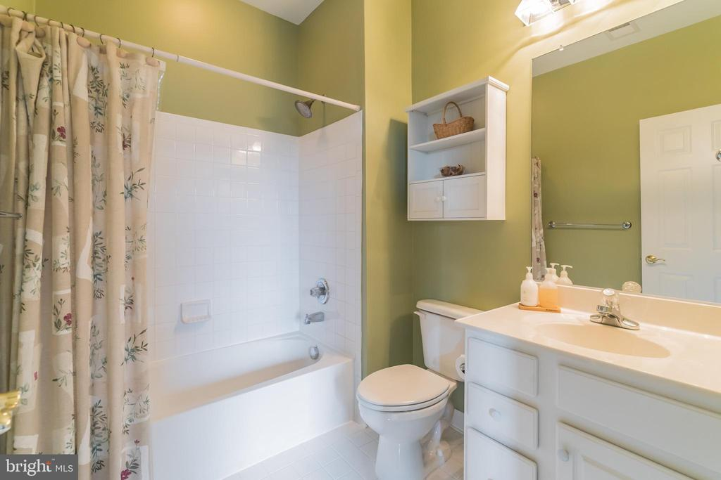 ...ensuite bathroom for front right bedroom - 25543 THORNBURG CT, CHANTILLY