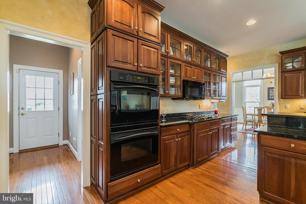 High end cabinetry, glass, double oven, cooktop - 25543 THORNBURG CT, CHANTILLY