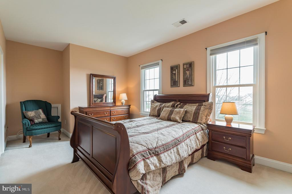 Front right bedroom has ensuite bathroom... - 25543 THORNBURG CT, CHANTILLY