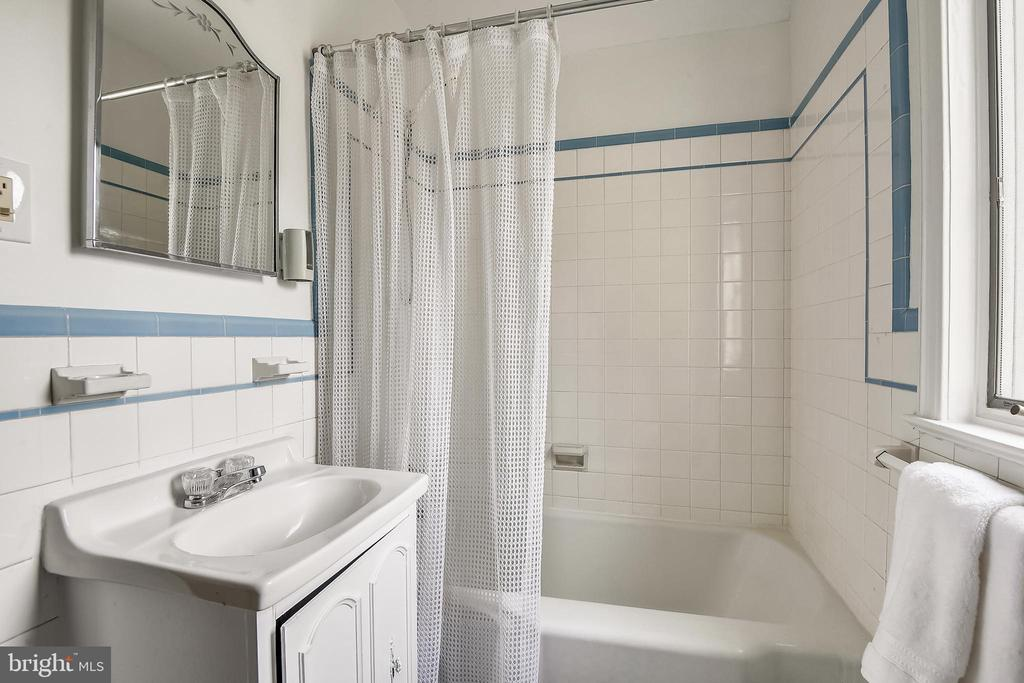 Upper Level 2 Full Bath - 1540 LIVE OAK DR, SILVER SPRING