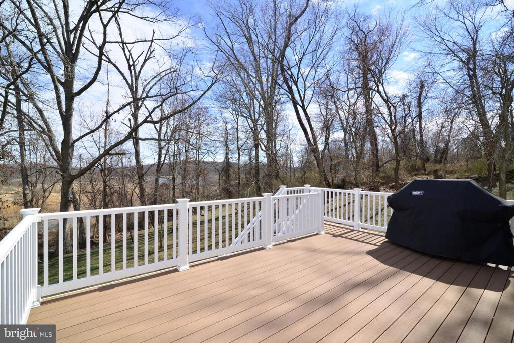 Maintenance free deck overlooking private lot - 55 STONE OAK PL, ROUND HILL