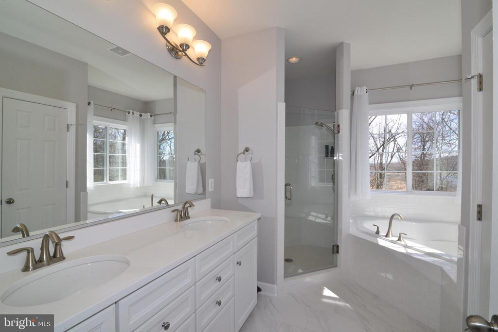 Master bath suite w/ his & her sinks - 55 STONE OAK PL, ROUND HILL