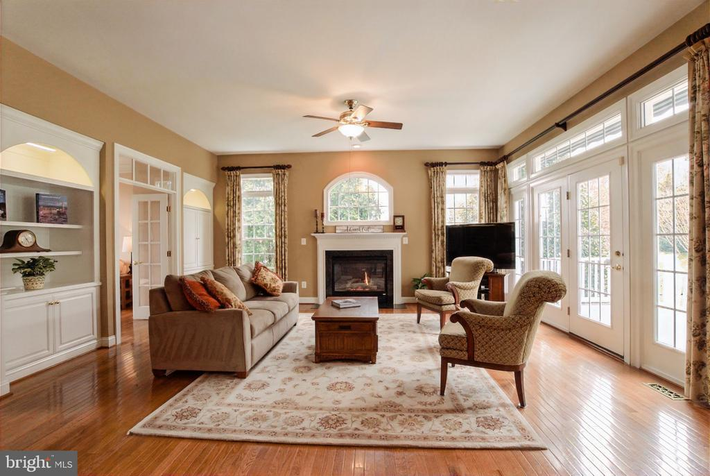 Gas fireplace is the focal point in the great room - 25543 THORNBURG CT, CHANTILLY