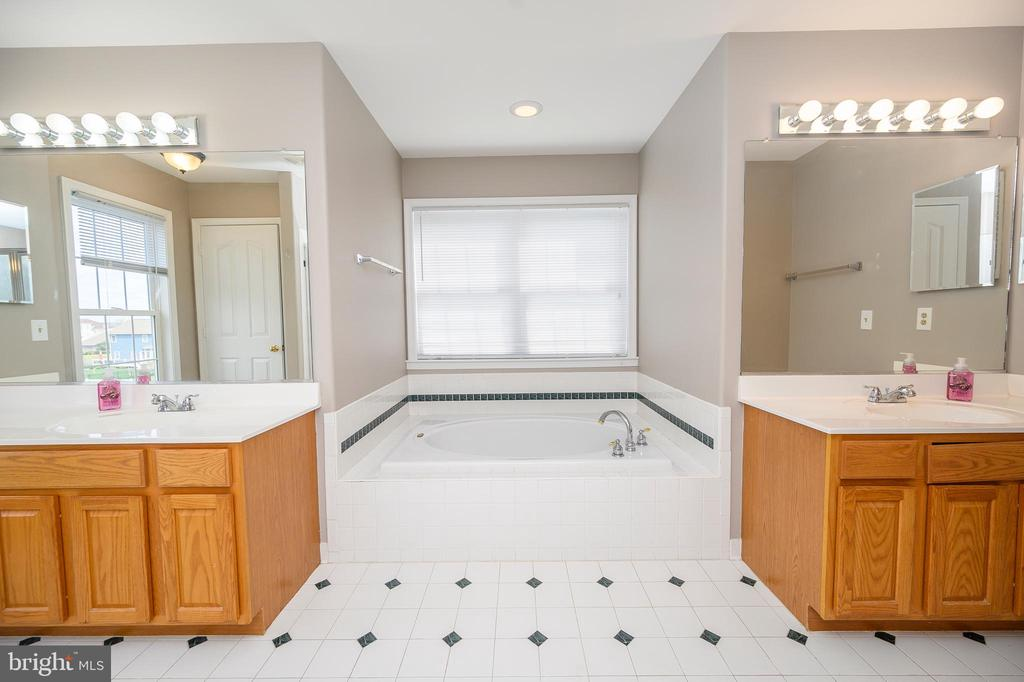 Dual Vanities/Private Water Closet - 6126 MARINEVIEW RD, KING GEORGE