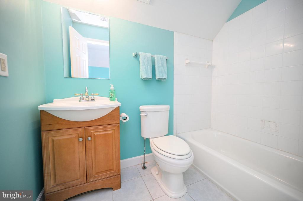 Full Bath on 3rd Level - 6126 MARINEVIEW RD, KING GEORGE