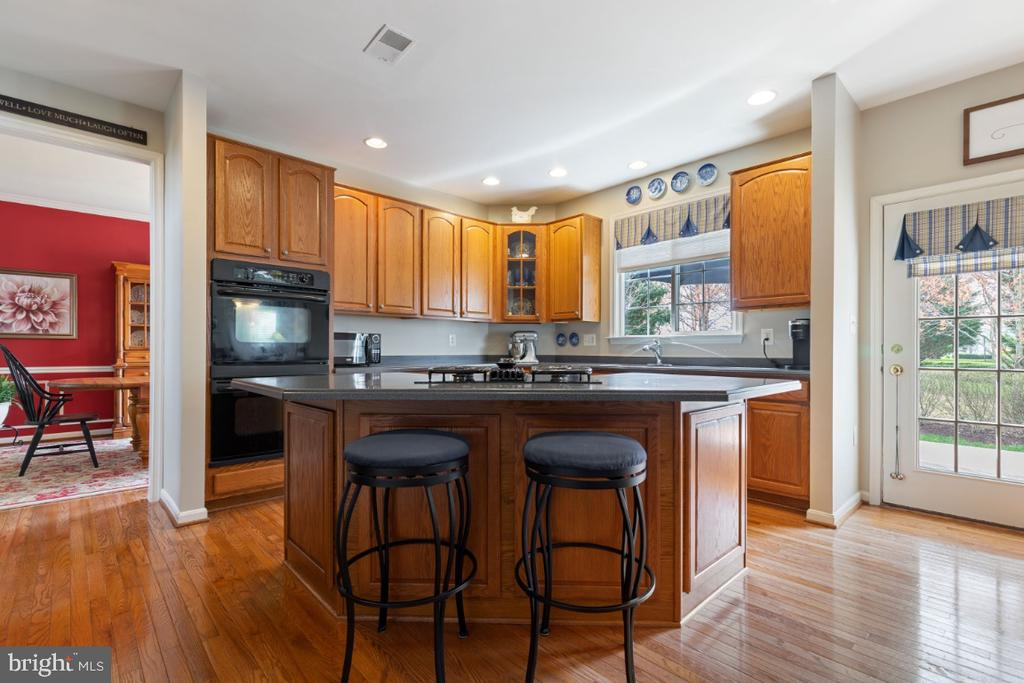 Gourmet Kitchen with Center Island - 215 ALPINE DR SE, LEESBURG