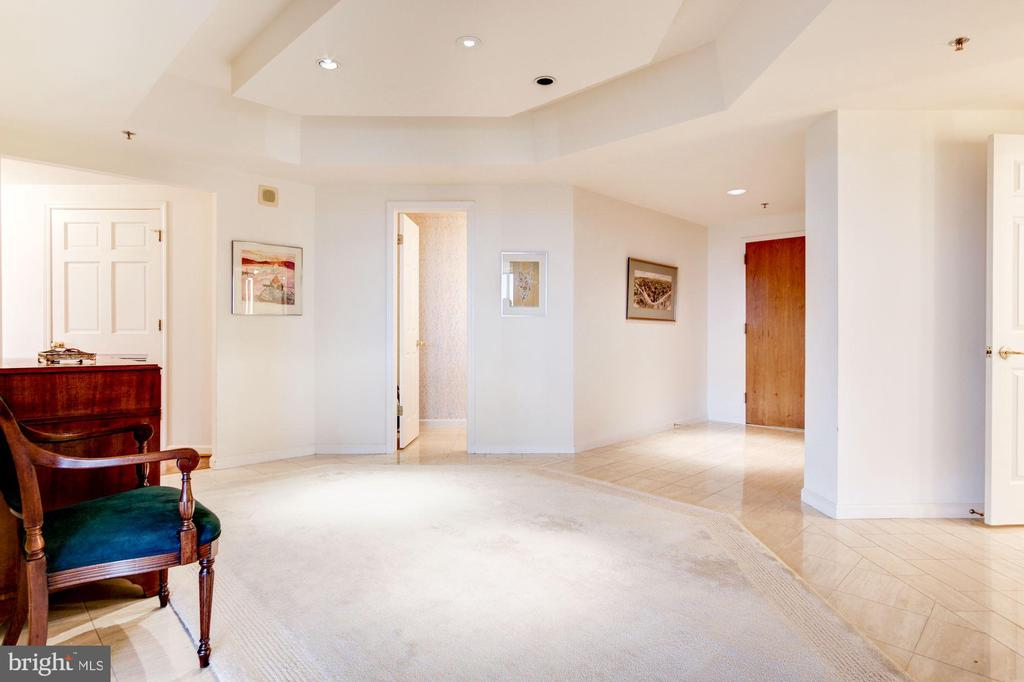Huge entry foyer - 5600 WISCONSIN AVE #1408, CHEVY CHASE