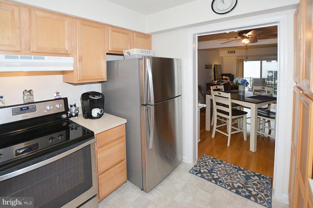 Smooth top stove is sleek and makes clean up easy! - 1030-B MARGATE CT, STERLING