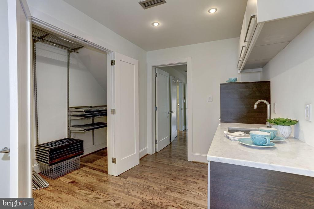 Incl large double door closet w/ ELFA throughout - 420 RIDGE ST NW, WASHINGTON