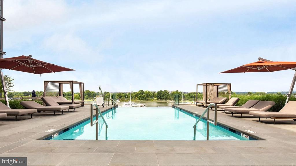 Saltwater infinity edge pool - 45 SUTTON SQ SW #704, WASHINGTON