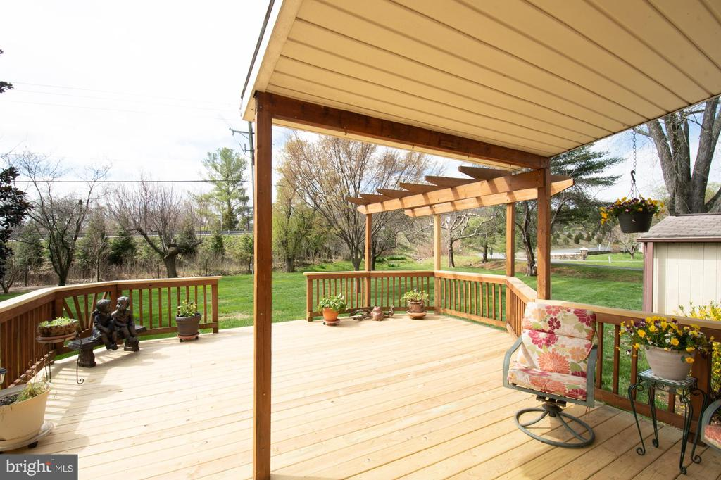 Large deck off  kitchen - 7 PHILLIPS DR NW, LEESBURG
