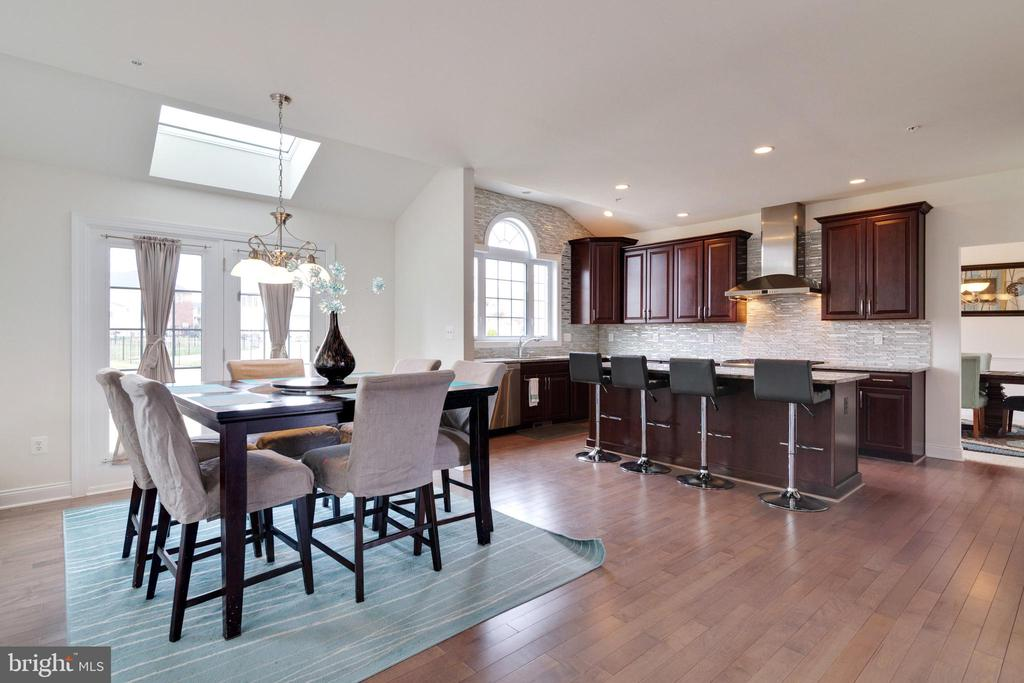 large eat-in kitchen - 4507 BRIDLE RIDGE RD, UPPER MARLBORO