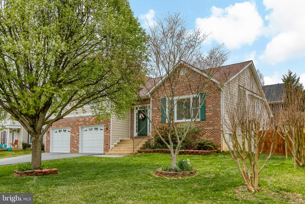 Nicely landscaped - 5 EMERSON CT, STAFFORD