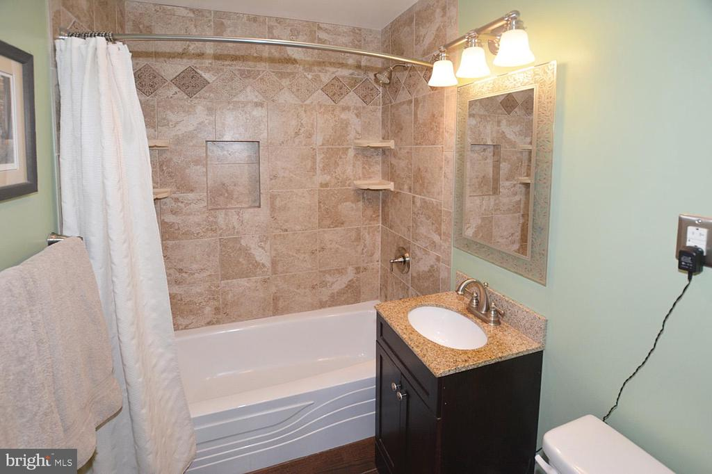 Renewed and update bath - 314 MANASSAS DR, MANASSAS PARK
