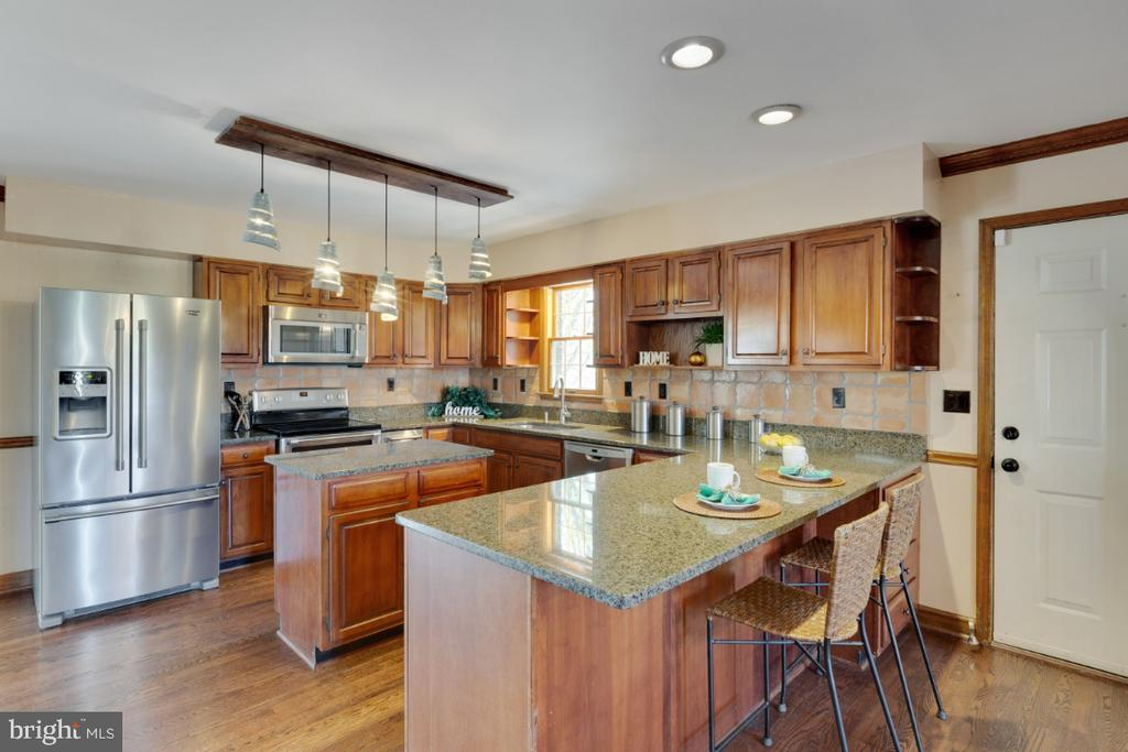 Tons of cabinet space in kitchen - 6325 S OSBORNE RD, UPPER MARLBORO