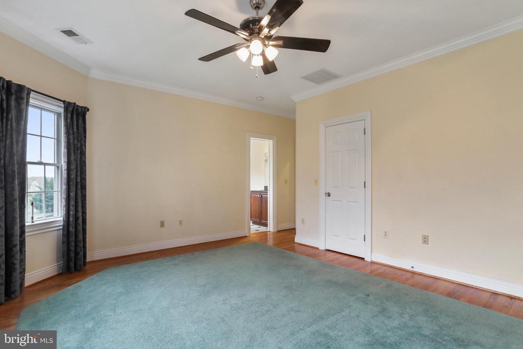 Bedroom 4 walk-in closet and ensuite bathroom - 2375 BALLENGER CREEK PIKE, ADAMSTOWN