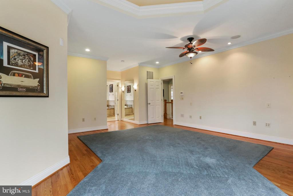 Excellent natural light and very spacious - 2375 BALLENGER CREEK PIKE, ADAMSTOWN