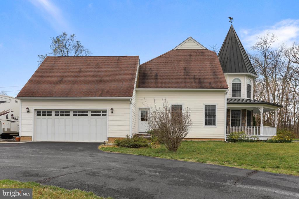 Attached 2+car garage with driveway parking for 3+ - 2375 BALLENGER CREEK PIKE, ADAMSTOWN