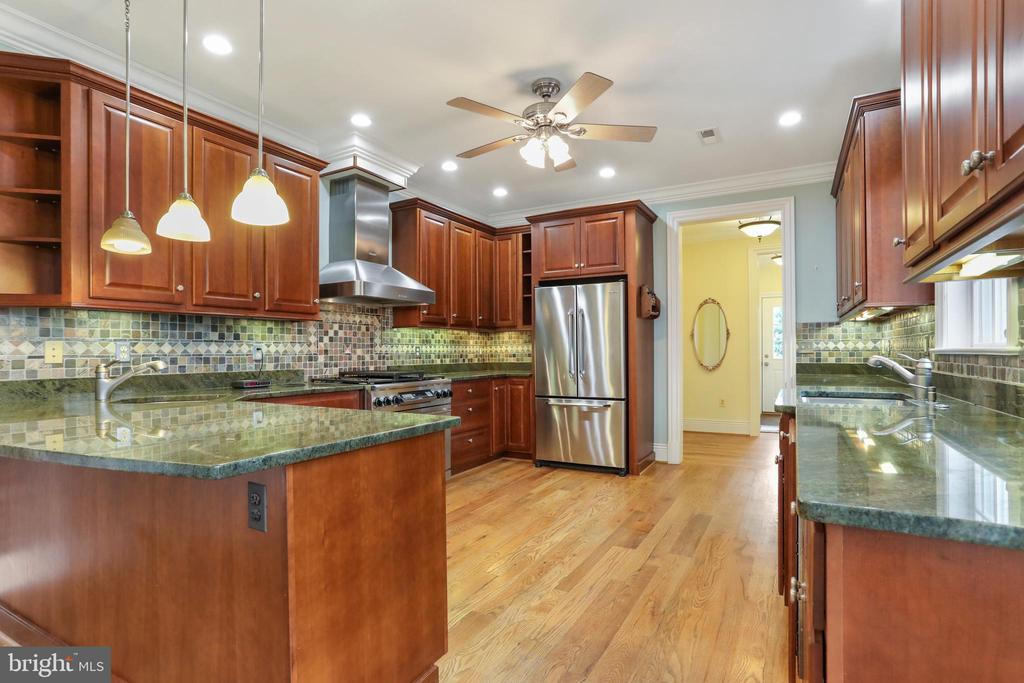 Gourmet kitchen with granite countertops - 2375 BALLENGER CREEK PIKE, ADAMSTOWN