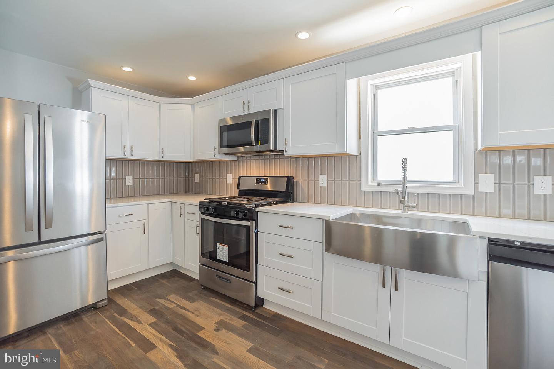 Single Family Homes per Vendita alle ore 127 W HOLLY Avenue Oaklyn, New Jersey 08107 Stati Uniti