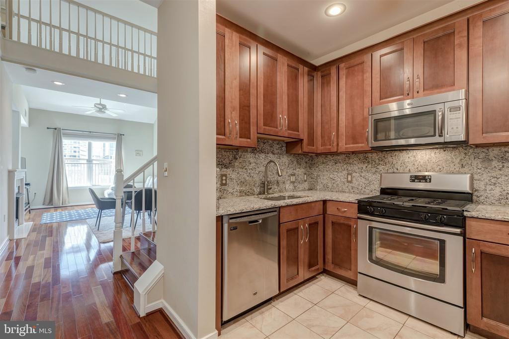 Updated kitchen - 1645 INTERNATIONAL DR #407, MCLEAN