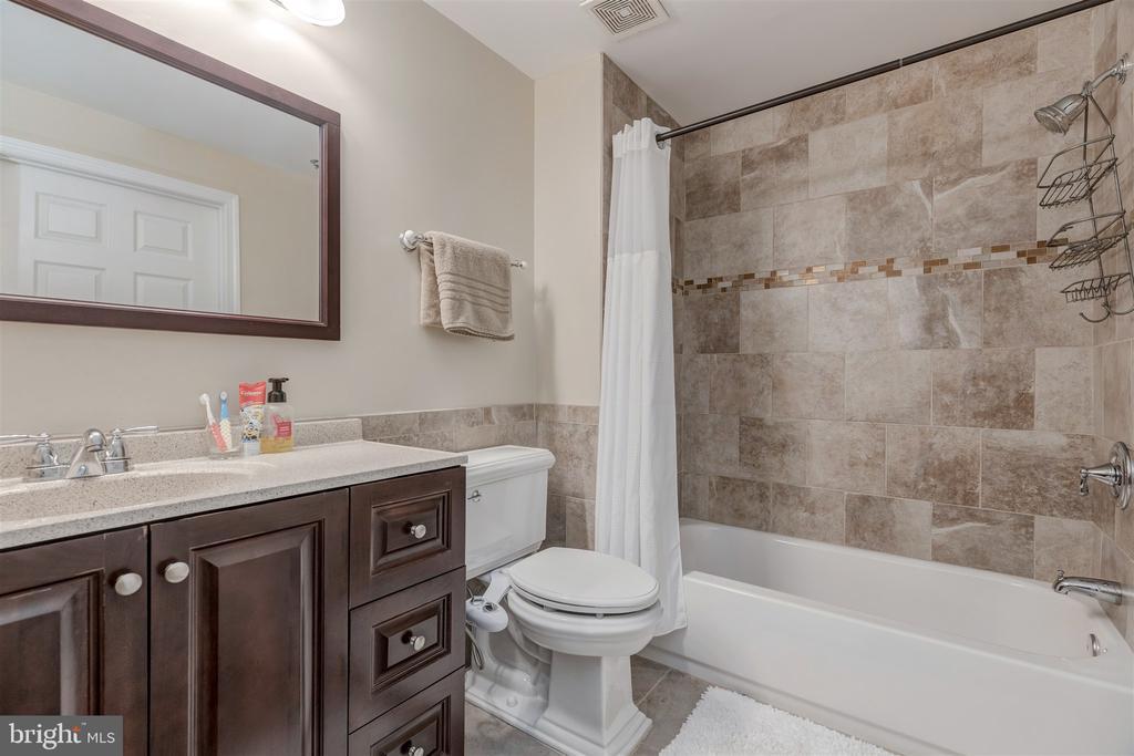 Main level updated full bath - 1645 INTERNATIONAL DR #407, MCLEAN