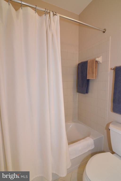 Upper level second en suite full bathroom - 43663 PALMETTO DUNES TER, LEESBURG